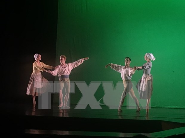 Actuaciones de ballet en conmemoracion de 20 anos de lazos Hanoi–Toulouse hinh anh 1