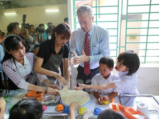 Embajador de EE.UU. visita a victimas vietnamitas de Agente Naranja hinh anh 1