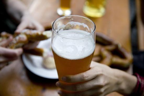 La mitad de hombres vietnamitas consumen dosis excesiva de alcohol hinh anh 1