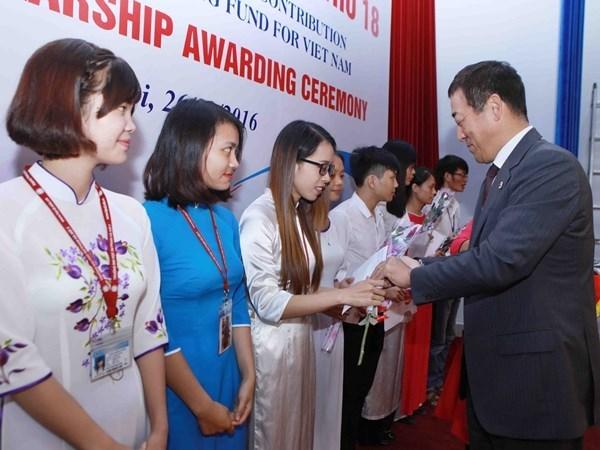 Entregan en Vietnam beca Fuyo a estudiantes con buenos resultados docentes hinh anh 1