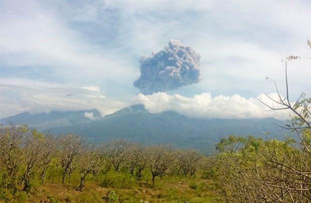 Indonesia evacua mas de mil turistas por erupcion volcanica hinh anh 1