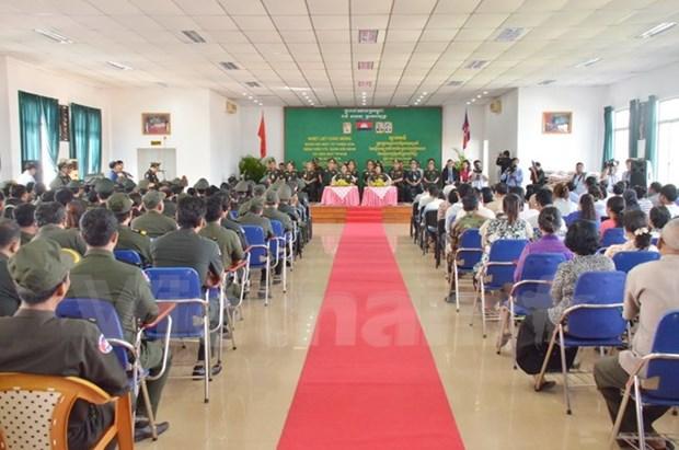 Realizan medicos de Vietnam cirugias gratuitas a pobladores de Camboya hinh anh 1