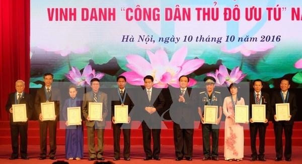 Honran a ciudadanos destacados de Hanoi en 2016 hinh anh 1
