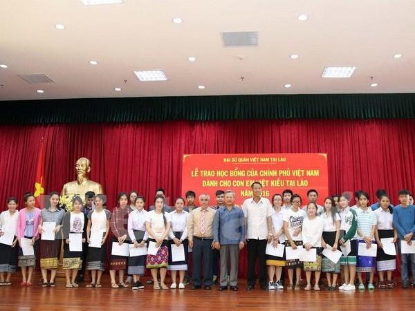 Conceden becas del Gobierno vietnamita a estudiantes expatriados en Laos hinh anh 1