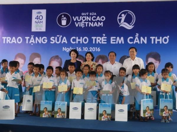 Ninos pobres en ciudad vietnamita reciben leche gratuita hinh anh 1