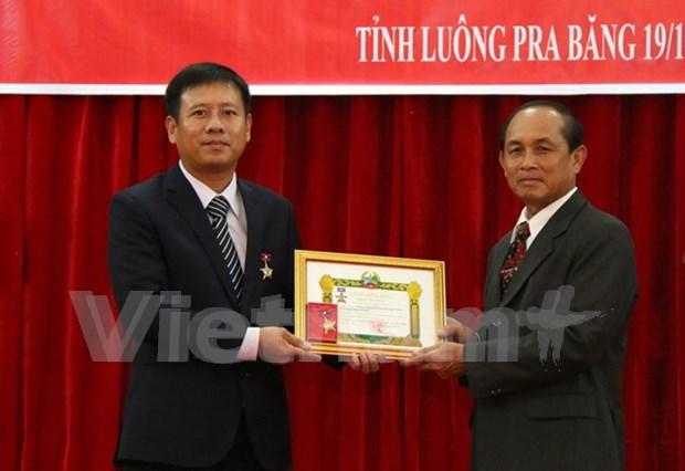 Otorgan Medalla de Amistad a consulado general vietnamita en Laos hinh anh 1