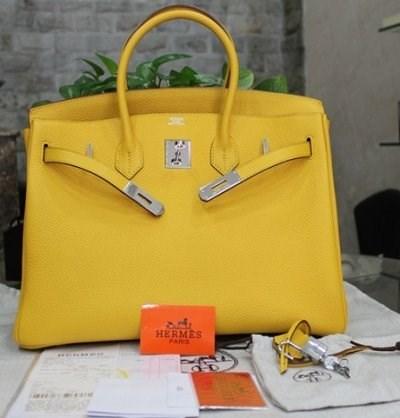 Vietnam destruye miles de productos falsificados de cuero hinh anh 1