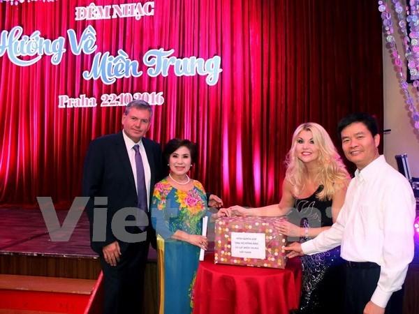 Vietnamitas en extranjero ayudan a compatriotas afectados por inundaciones hinh anh 1