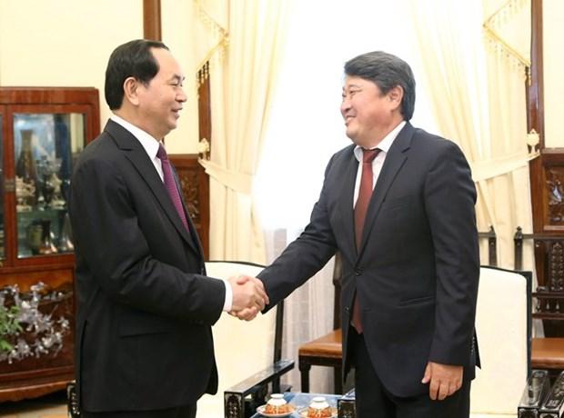 Presidente vietnamita elogia esfuerzos de embajador mongol en fomento de nexos bilat hinh anh 1