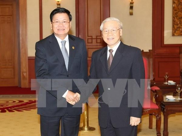 Secretario general del PCV recibe a premier laosiano hinh anh 1