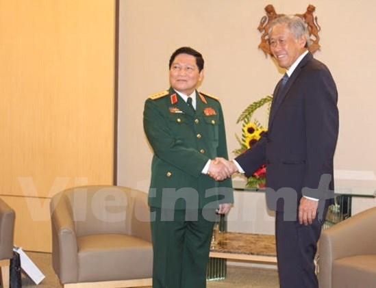 Fortalecen cooperacion Vietnam – Singapur en defensa hinh anh 1
