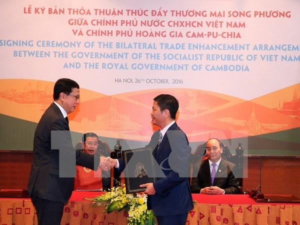 Vietnam y Camboya firman acuerdo comercial al margen de cumbres regionales hinh anh 1