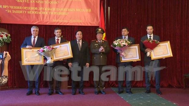 Vietnam otorga Orden de Amistad a organos de Rusia hinh anh 1