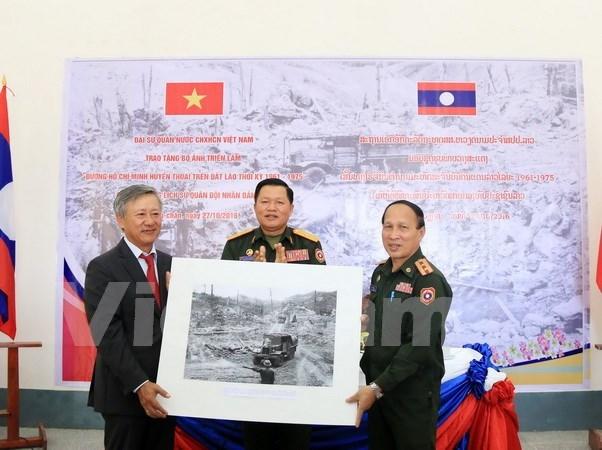Embajada vietnamita regala valiosos fotos y mapas al museo militar laosiano hinh anh 1