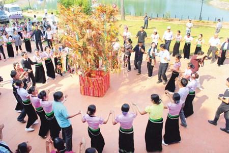 Vietnam busca reconocimiento de UNESCO a danza Xoe como patrimonio mundial hinh anh 1