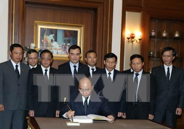 Primer ministro de Vietnam rinde tributo postumo al difunto rey tailandes hinh anh 1