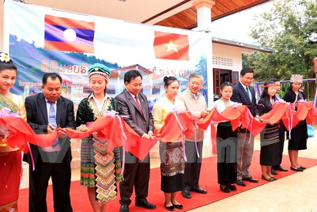 Donacion de Embajada de Vietnam a provincia de Laos hinh anh 1