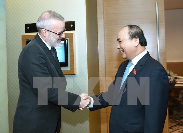 Premier vietnamita sostiene encuentro con director editorial de The Economist hinh anh 1