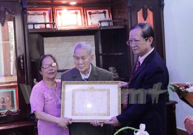 Primer vietnamita residente en Laos recibe insignia partidista hinh anh 1