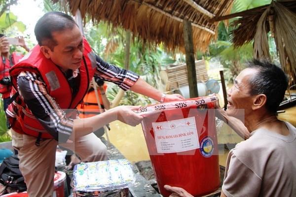 Siguen apoyando vietnamitas en extranjeros a coterraneos afectados por inundaciones hinh anh 1