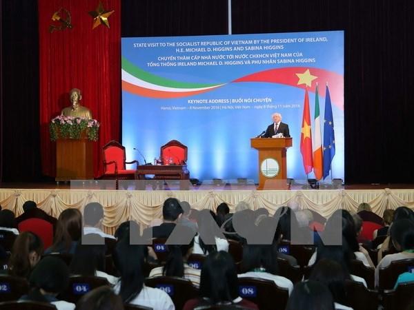 Presidente irlandes intercambia con estudiantes vietnamitas hinh anh 1