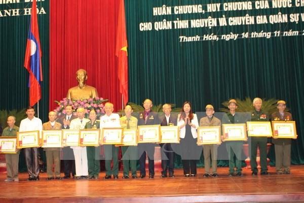 Laos otorga distinciones a excombatientes voluntarios vietnamitas hinh anh 1