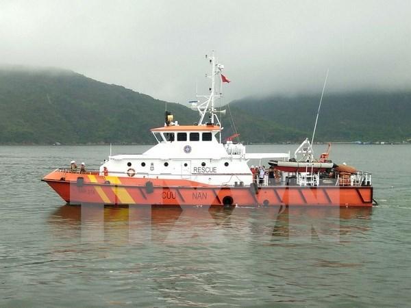 Trasladan a tierra marineros vietnamitas de barco accidentado en el mar hinh anh 1