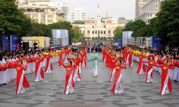 [Galeria] Miles de estudiantes desfilan con Ao Dai en Ciudad Ho Chi Minh hinh anh 3