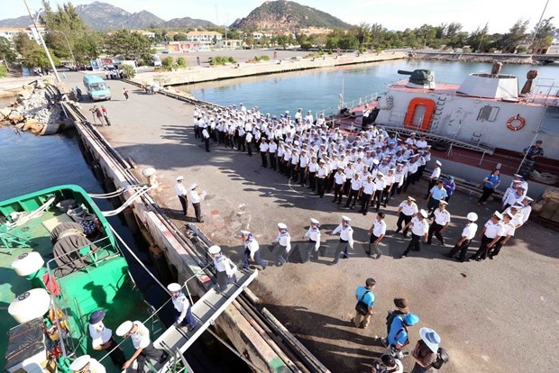 Soldados navales se dirigen hacia el archipielago de Truong Sa hinh anh 1