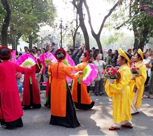 Ao dai: vietnamitas siguen la moda pero mantienen las raices hinh anh 6