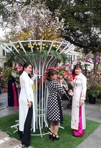 Ao dai: vietnamitas siguen la moda pero mantienen las raices hinh anh 4