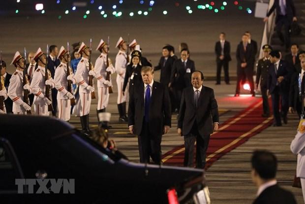[Fotos] Presidente de Estados Unidos, Donald Trump, llega al hotel Marriott JW, en Hanoi hinh anh 3