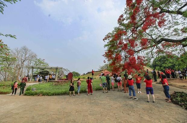 [Fotos] Antiguo campo de batalla de Dien Bien Phu atrae a turistas hinh anh 4