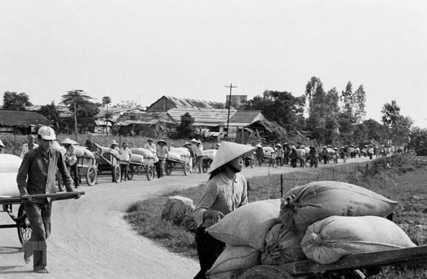 [Foto] Tras la guerra, Vietnam supero las dificultades para la reconstruccion nacional bajo la direccion del Partido Comunista hinh anh 10