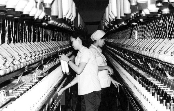 [Foto] Tras la guerra, Vietnam supero las dificultades para la reconstruccion nacional bajo la direccion del Partido Comunista hinh anh 2