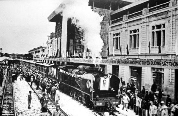 [Foto] Tras la guerra, Vietnam supero las dificultades para la reconstruccion nacional bajo la direccion del Partido Comunista hinh anh 3