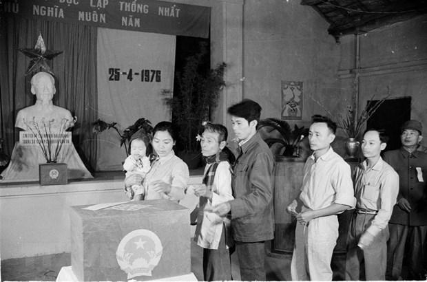 [Foto] Tras la guerra, Vietnam supero las dificultades para la reconstruccion nacional bajo la direccion del Partido Comunista hinh anh 4