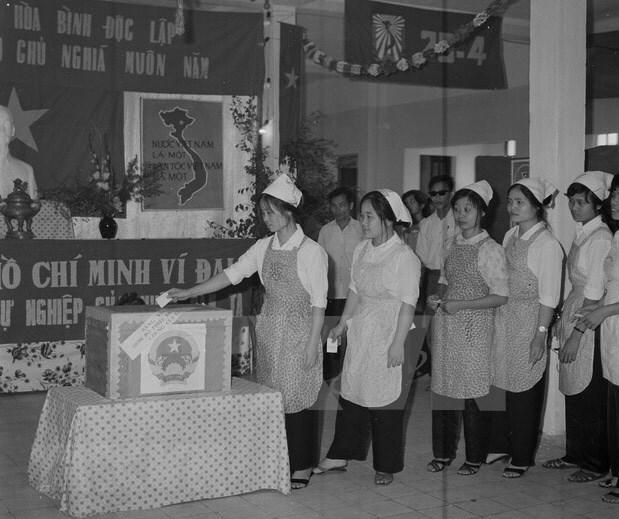 [Foto] Tras la guerra, Vietnam supero las dificultades para la reconstruccion nacional bajo la direccion del Partido Comunista hinh anh 5