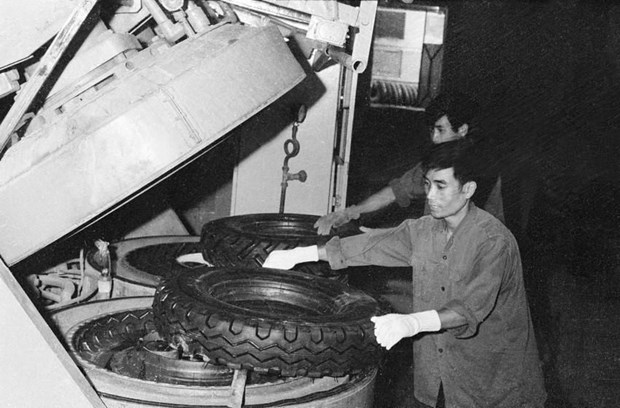 [Foto] Tras la guerra, Vietnam supero las dificultades para la reconstruccion nacional bajo la direccion del Partido Comunista hinh anh 7