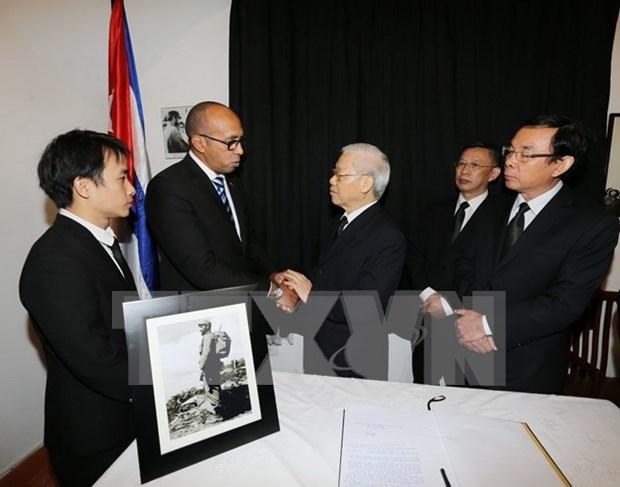 Maximos dirigentes de Vietnam rinden tributo a Fidel Castro hinh anh 1