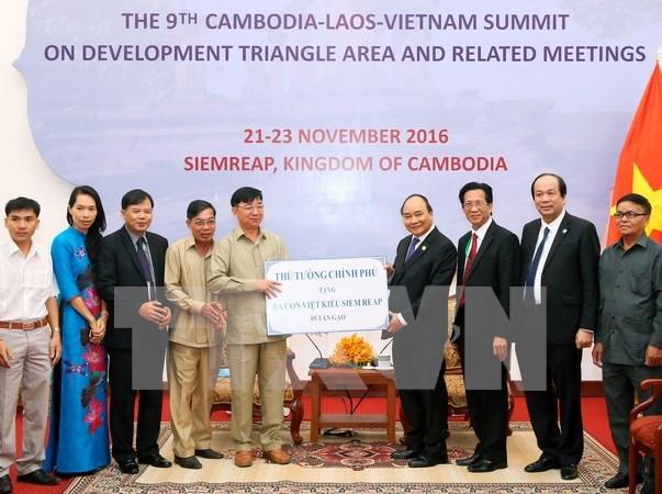 Entregan arroz a favor de los vietnamitas en Camboya hinh anh 1