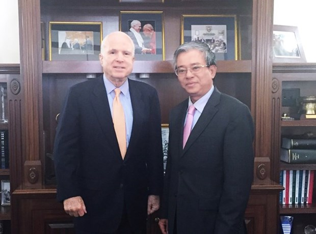 Embajador de Vietnam en EE.UU. se reune con John McCain hinh anh 1