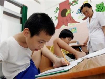 Otorgan becas para estudiantes vietnamitas con condicion dificil hinh anh 1