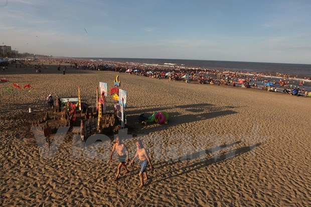 Crece el numero de turistas a playa vietnamita hinh anh 1