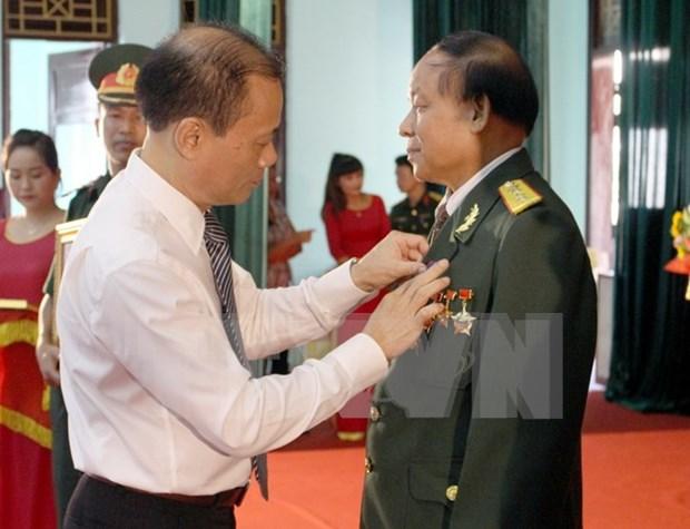 Otorgan distinciones de Laos a excombatientes voluntarios vietnamitas hinh anh 1