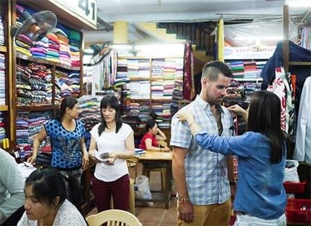 Experimentan confeccion de ropa a medida en Hoi An hinh anh 1