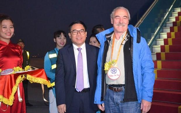 El primer turista en llegar a Hanoi es de Alemania hinh anh 1