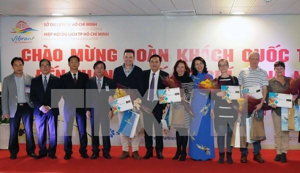 Ciudad Ho Chi Minh acoge a primeros visitantes extranjeros en 2017 hinh anh 1
