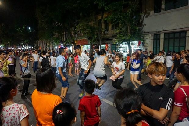 Mas de 200 mil turistas celebran el Ano Nuevo en Hanoi hinh anh 1