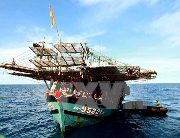 Rescatan pescadores filipinos accidentados en el mar de Vietnam hinh anh 1